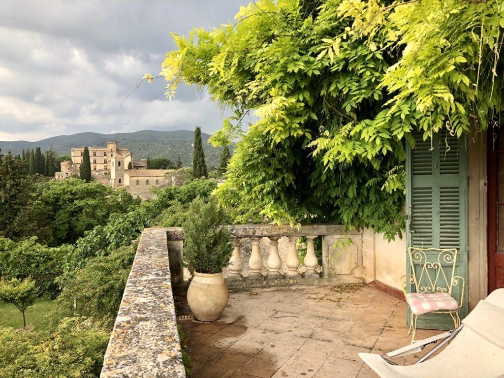 Vue du château de Lourmarin depuis la terrasse de la maison d'Albert Camus